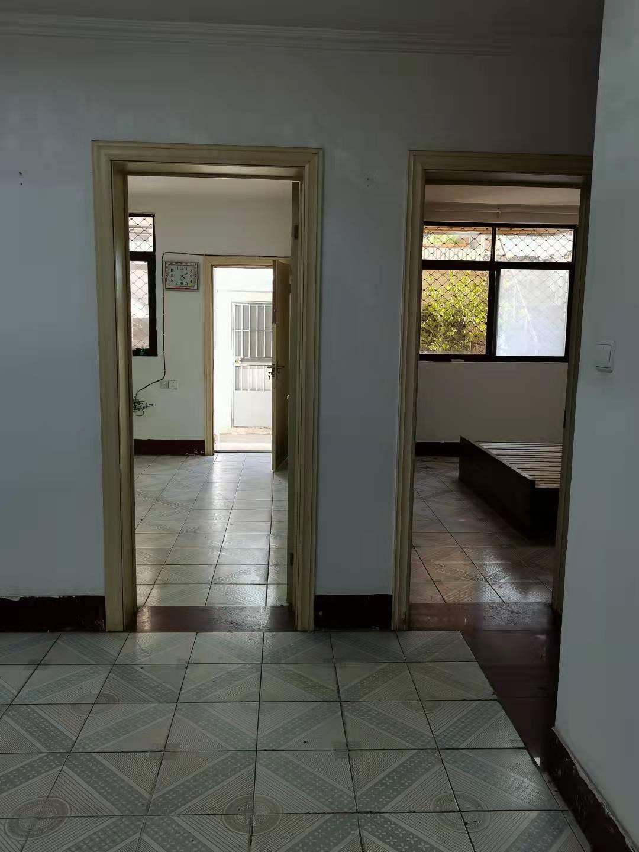 一楼带院子2室一厅一厨一卫,院有两间房子可住人,采光很好,院楼上还可种 ...